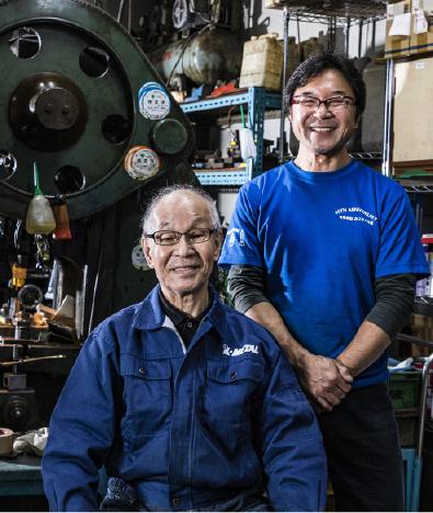 (左)会長:鍛治谷 幸一・(右)代表取締役:鍛治谷 伸司